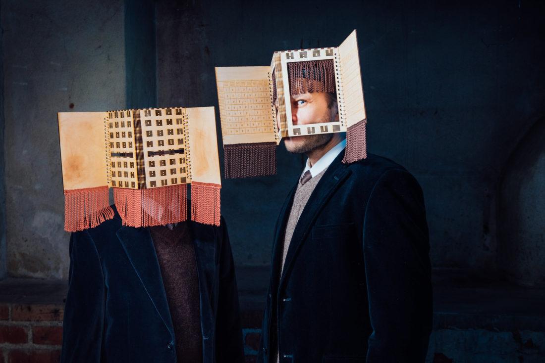 Huoneiden kirja -teoksen markkinointikuva. Kuvaaja: Jesper Dolgov, kuvassa kaksi ihmistä.