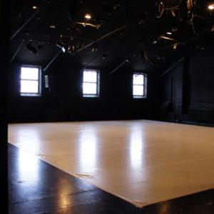Tyhjä teatterisali.